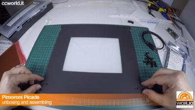 La lastra di plexiglass a protezione del monitor con la cornice di carta. Va bullonata.