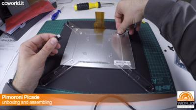 Si fissano i gommini adesivi nelle fessure della staffa per bloccare la posizione del monitor.