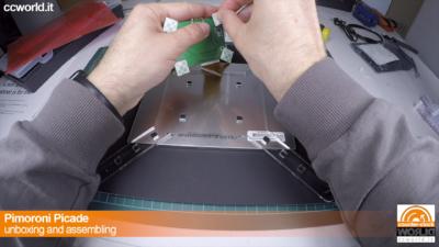 Si fissa il cavo flessibile al controller. Lo slot ha un fermo di sicurezza da stringere.