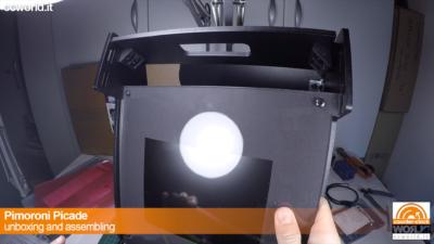 SI inserisce il monitor negli inserti laterali.