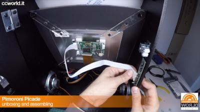 Si collega il controller del monitor con la scheda dei pulsanti.
