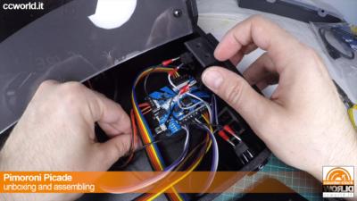 Si collega il cavo microUSB destinato a portare i controller al Raspberry Pi